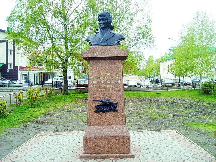 Памятник с семейный Октябрьская Ваза. Лезниковский гранит Бокситогорск
